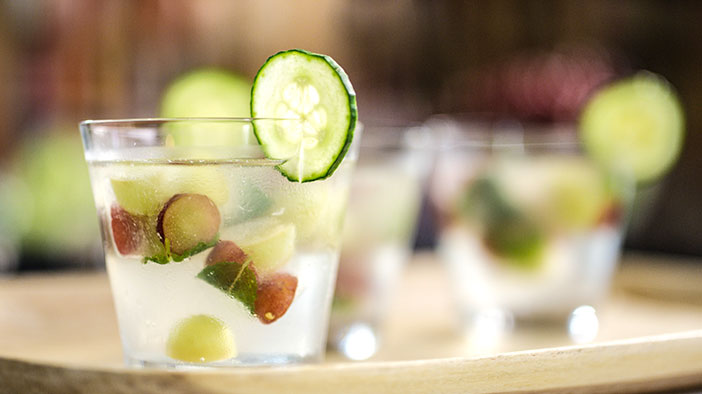 gin-grape-and-cucumber-cocktail-with-grape-and-mint-ice-cubes