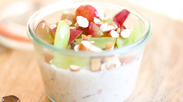 overnight-oats-in-a-jar-with-grapes-and-almonds