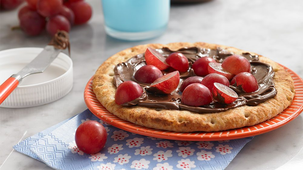 chocolate-pizza-with-grapes