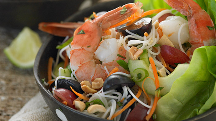 southeast-asian-salad-with-grapes-and-prawns